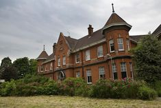 Photos and history of the abandoned Kingsley Psychiatric Hospital (pseudonym), an undisclosed place in England. Abandoned Property, Abandoned Buildings, Abandoned Places, Places In England, Psychiatric Hospital, Insane Asylum, Care Hospital, Mental Health Care, History Photos