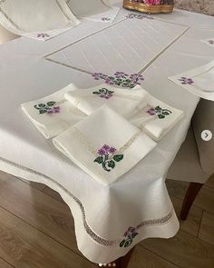 Diy Arts And Crafts, Table Covers, Runners, Instagram, Blouse, Living Room, Hallways, Joggers, Table Clothes