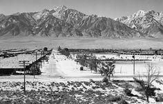 日系アメリカ人の強制収容所、アンセル・アダムスが撮影した「不屈の精神」  アンセル・アダムス「防御用の塔から見るマンザナ(1943年)」提供:Photographic Traveling Exhibitions    アダムスは目標を持ってマンザナに行った。「彼は、当時あった反日のイメージと人種差別の感情とは対照的に、力強さや不屈の精神を見せたかったのです」。スカーボール・カルチャーセンターの学芸員助手リンデ・レーティネンはそう話す。「彼は日系アメリカ人がアメリカ市民であるということを見せたかったのです。すさまじい不当な仕打ちを受けながらも、コミュニティを作っている彼らが」。  全米日系人博物館には、ドロシア・ラングや宮武東洋など、アダムス以外にも数人の写真家の作品がある。その他、遺品など、マンザナでの生活を思い起こさせるものが展示されている。マンザナは、アメリカ西部とアーカンソー州に10件あった「移住センター」のうちの1つだった。