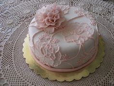 This is the cake I made last year for my mother's birthday. This Peony was the first flower that I modeled. My mother loved it: she preserves the Peony in a glass case in the living room of her home!