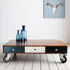 Damit Sie aus Paletten einen Holztisch selber bauen, brauchen Sie insgesamt zwei Stück. Dieser würde für 4 bis 6 Personen groß genug sein. Holztische...