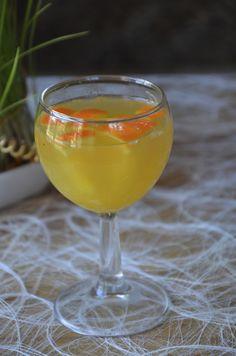 Il y a longtemps que je n'ai pas publié de recettes de cocktail alors comme c'est le weekend voici un de mes cocktails préférés! Ingrédients pour une dizaine de personnes 3l de vin blanc sec 1 bouteille de champagne 8 citrons 10 oranges 300 g de sucre...