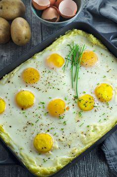 Kartoffelbreiauflauf mit selbstgemachtem Rahmspinat und Spiegelei. Kindheit pur! Mashed potatoes with spinach and sunny side up eggs - as a casseriole! Easy and VERY yummy. Recipe also in english. www.einepriselecker.de
