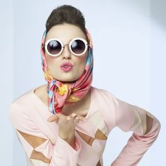 Sixties style girl blowing a kiss. Retro fashion with silk scarf and sunglasses. Sixties Fashion, Retro Fashion, High Fashion, How To Look Expensive, Summer Beauty Tips, Chic Over 50, Quoi Porter, Retro Mode, Lots Of Makeup