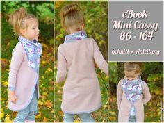 Cassy ist ein Cardigan Schnitt der perfekt für den Frühling und kühle Sommertage geeignet ist.  Durch das Tuch vorne, wird die Jacke zum Blickfang. Cassy wird aus dehnbaren Stoffen genäht (Sweat,...