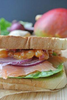 Club-Sandwich mit Lachs und Mango-Chutney