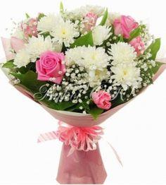 Нежный букет из хризантем, роз и тюльпанов