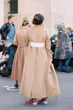 trench coat, street style, neutros, tênis, sobretudo