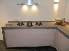 Super trendy; 8 cm dik naadloos terrazzo-betonnen blad met geïntegreerde Pitt Cooking op een greeploze keuken.