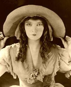 "Lilian Gish - ""Orphans of the Storm"" - Costume designer : Herman Patrick Tappe Old Hollywood Glamour, Golden Age Of Hollywood, Vintage Hollywood, Classic Hollywood, Dorothy Gish, Lillian Gish, Silent Film Stars, Movie Stars, Vintage Photographs"