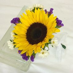 Sunflower throw bouquet for the bride.