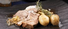 レシピ:麹漬豚肩ロースと新じゃが芋の蒸し焼き - VERMICULAR | バーミキュラ
