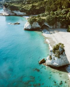 The Ultimate Travel Guide to New Zealand: North Island, Coromandel Peninsula – Honeymoon New Zealand Lakes, North Island New Zealand, New Zealand Beach, Queenstown New Zealand, Auckland New Zealand, Places To Travel, Places To Visit, New Zealand Holidays, New Zealand Travel Guide