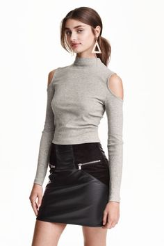 Short top in ribbed jersey with cut-out details. Small stand-up collar, long sleeves, and visible zip at back of neck. Classy Summer Outfits, Spring Outfits, Girl Outfits, Cute Outfits, Taylor Hill Hair, Taylor Marie Hill, Fashion Moda, Girl Fashion, Short Tops