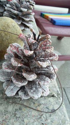 Weihnachtstannenzapfenkette   Einfach Tannenzapfen mit schneespray und glitzer verzieren und aufhängen
