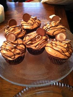 OMG Taylor ! A whole webpage with all peanut butter/choco stuff. Reeses Cupcakes Recipe - Peanut Butter Filling. Woaww