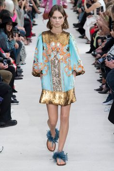 Valentino Spring 2019 Ready-to-Wear Collection - Vogue Spring Fashion Trends, Fashion Week, Spring Summer Fashion, Runway Fashion, High Fashion, Fashion Outfits, Feminine Fashion, Fashion Black, Fashion Clothes