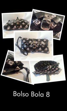 El bolso Bola 8 es un bolso de mano con cierre de hebilla y correa de cuero negro, rematado con anillas de refresco de cola y remaches. Dimensiones: 20 x 9, 5 x 2 cms. (largo x alto x ancho)