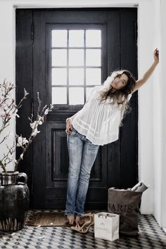 I love black doors. Cute Fashion, Look Fashion, Fashion Models, Looks Style, Style Me, Girl Style, Classic Style, Outfit Vestidos, Estilo Jeans