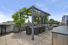 terraza pergola obra sillas grises