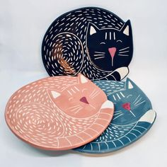 Handmade Ceramic Cat Shaped Dish/Pet Bowl This handmade ceramic plate is made of white earthenware clay, shaped, decorated and coloured entirely by ha Ceramic Plates, Ceramic Pottery, Pottery Art, Ceramic Art, Earthenware Clay, Sgraffito, Pet Bowls, Pottery Painting, Cat Lover Gifts