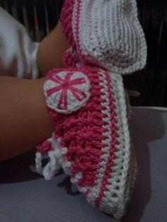 tenis all star em crochetsruth costa...eu que fiz...fio camila 1000 Coats 2 fios..em relevo 1 x 1 ...tamanho RN regulavel ate 3 meses.estou no facebook