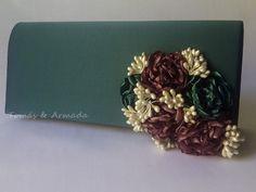 Bolso de raso verde con flores realizadas a mano y pistilos .