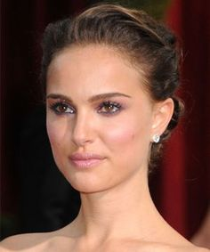 Celebrity Beauty Spy: Natalie Portman looks lovely in lilac- CosmopolitanUK Celebrity Hairstyles, Up Hairstyles, Wedding Hairstyles, Natalie Portman, Kiss Makeup, Hair Makeup, Eye Makeup, Glamour Makeup, Lilac Wedding