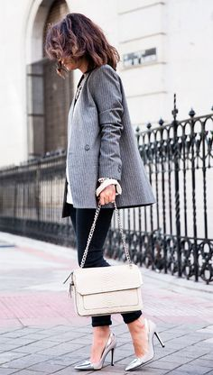 Street style look com blazer risca de giz e calça jeans.