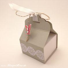 Stampin Up - Stempelherz - Pralinen-Verpackung - Box - Osterei-Verpackung - Stanze Gewellter Anhänger - Gemustertes Designerpapier Rhabarberrot - Stanze Wellenkreis 7:8%22 - Stanze Mini-Schmetterling - Spitzenklebeband - Pralinenverpackung 01