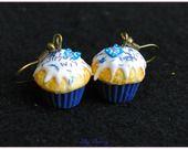 Boucle d'oreille pendantes cupcake bleu rois en pâte polymère fimo : Boucles d'oreille par lilycherry