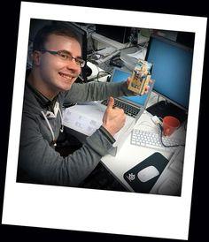 """Solitalla töiden aloittaminen on viilattu viimeisen päälle hienoksi. Esimies panostaa saapumiseesi ja tärkeät infot, materiaalit ja piristykset löytyvät uuden työntekijän pakkauksesta """"Starter Kit"""". Kuvassa tammikuussa Solitalla aloittanut Joonas."""