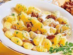 Gnocchi mit Walnuss-Käse-Soße - Mit dem sich nähernden Herbst haben Nüsse wieder Hochsaison. Wie wäre es mir einer cremig-deftigen Käsesauce zu herzhaften Gnocchi?