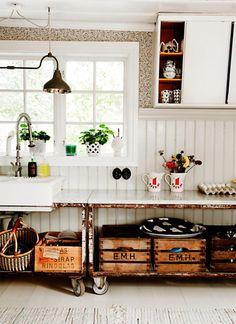 Muy chic y muy vintage. Cocina con bancos industriales como muebles Muy chic y muy vintage