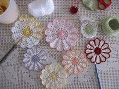 デイジーコースター423 Lace Doilies, Crochet Doilies, Crochet Lace, Crochet Flower Patterns, Crochet Flowers, Crochet Potholders, Baby Knitting, Diy And Crafts, Coasters