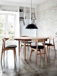 Cadeira e mesa de madeira clara