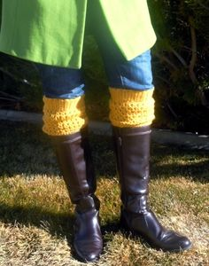 Adorable crochet boot cuffs free #crochet pattern--takes about 30 minutes to make, and gives you a cute boot sock look without all the bulk. Love it!