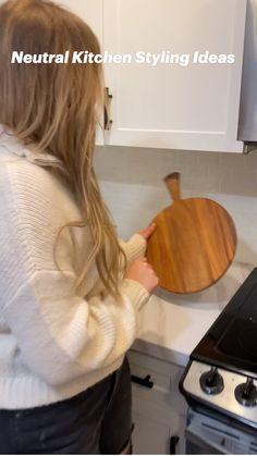 Home Decor Kitchen, Diy Home Decor, Kitchen Countertop Decor, Bathtub Decor, Bathtub Tile, Bathtub Shower, Neutral Kitchen, Modern Kitchen Design, Kitchen Styling