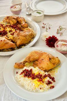 Bei Zereshk Polo ba Morgh handelt es sich um in Safran geschmorte zarte Hühnerkeulen, die mit duftendem Safranreis und karamellisierten süß-saure Berberitzen serviert werden. Zereshk bedeutet Berberitzen, Polo bedeutet Reis und Morgh ganz einfach Huhn.