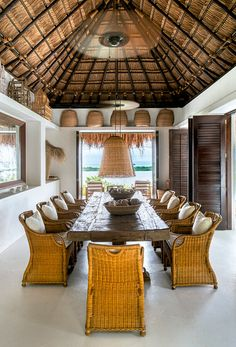 Como un espacio separado, el comedor propicia la reunión en torno de la comida y del panorama fragmentado que aparece por los vanos de sus muros.