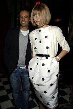 """Анна Винтур, главный редактор американского Vogue с 1988 года, профессионал высокого класса, жесткая перфекционистка, с которой списана Миранда Пристли из """"Дьявол носит Prada"""", знает о моде много. Более того, она ее делает. И иногда весьма жестко. Например, по ее желанию Неделю моды в Париже как-то сократили на три дня, а Опра Уинфри, чтобы оказаться на обложке Vogue, вынуждена была похудеть на 9 килограммов. Кто-то считает Анну эталоном стиля, кто-то критикует прическу, ко..."""