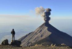 Tres grandes volcanes —el de Agua (3.760 metros), el de Fuego (3.763 metros) y el Acatenango (3.976 metros)— abrazan la ciudad de Antigua, el Lugar Florido que describe el premio Nobel Miguel Ángel Asturias (1899-1974) en sus 'Leyendas de Guatemala'. El de Fuego —que aparece en la fotografía— es uno de los más activos de Centroamérica. ÁLVARO LÓPEZ MARTÍN