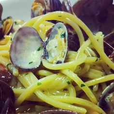 Less is more #spaghettiallevongole #spaghetti #pasta #food #foodstagram #foodie #seafood #clams #inprovinciadili #easy #igerscecina by ristorante_marinavecchia