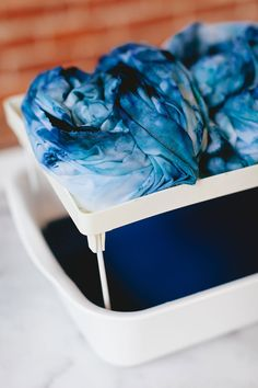 how to ice dye in a few easy steps! learn how to DIY the perfect linen throw for your living room refresh with this easy project. boho modern blanket using procion dye. Decor Style Home Decor Style Decor Tips Maintenance home Shibori, Diy Craft Projects, Diy Crafts, Craft Ideas, Ty Dye, Diy Tie Dye Shirts, Do It Yourself Crafts, Tie Dye Patterns, Upcycled Clothing