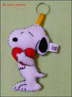 Charmoso Chaveiro Snoopy em Feltro ♥  Com enchimento em acrilon.  Pode ser Lindas Lembrancinhas de Aniversário :)  Não perca a oportunidade de ter logo a seu lindo snoopy!  Medidas: 8 cm   Envie um email para:laurinhasj@gmail.com,será um prazer tirar suas dúvidas. R$10,00