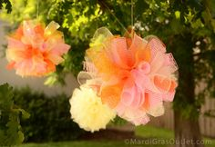 29 Clever Craft Ideas Using Deco Mesh - - Deco mesh ribbon craft ideas on wreaths, swags and garlands. Learn how to make deco mesh pumpkins and ghosts for fall; trees for Christmas; wedding and centerpiece projects. Deco Mesh Garland, Mesh Ribbon Wreaths, Deco Mesh Ribbon, Diy Ribbon, Ribbon Crafts, Floral Wreaths, Flower Crafts, Mesh Wreath Tutorial, Flower Tutorial
