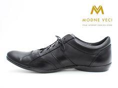 Čierne topánky pre muža vyrobené z pravej kože. Topánky sa zaväzujú šnúrkami…