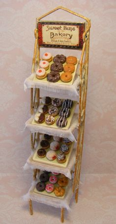 Scale // Doll House Bake Shop Stand Of door Cherryberryminis Miniature Crafts, Miniature Food, Miniature Dolls, Clay Miniatures, Dollhouse Miniatures, Doll Food, Tiny Food, Barbie House, Miniture Things