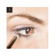 Después de haber aplicado la base de maquillaje, acentúa tu mirada aplicando con un pincel una sombra de ojos en color champán a lo largo de la línea de pestañas superior. Aplica la sombra con mayor énfasis en el interior del rabillo del ojo, de esta...