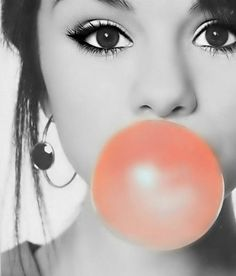 Here is fabulous Selena Gomez with bubble gum. Selena Selena, Fotos Selena Gomez, Color Splash, Color Pop, Blowing Bubbles, Estilo Fashion, Marie Gomez, Hollywood Celebrities, Looks Style